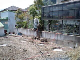 既存のフェンスを切断、解体し新たにコアをあけているところ。