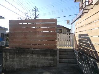 完成 壁を一部取り壊し階段と扉を設置。これで無理なく行き来できるようになりました。
