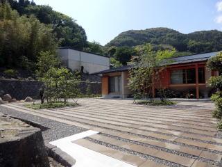 完成 敷地入口からの景色。全体的にシンプルな仕上がり。二箇所設けられた植樹桝に景色を造りました。