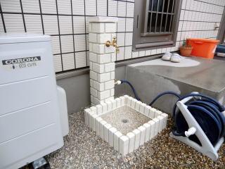 手洗い用とホース用の2箇所出しの水栓柱を設置。