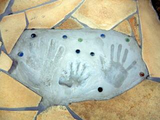 石張りのワンポイントに家族の手形。ただ・・やはり子供は嫌がりますね 笑 なかなか上手くいきません。