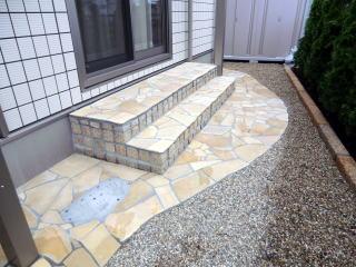 完成 目隠しを兼ねてコニファーで生垣を。居間からのコンクリートのステップも奥行を拡張し装飾。