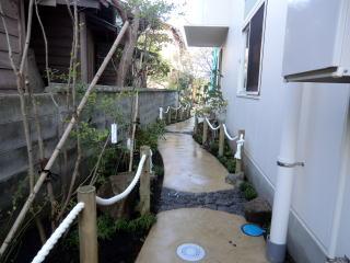 木杭にローピングを施しました。(ロープ直径3cm位) 設計の理由として ①左サイドの重量ブロックを目立たなくする様に ②植栽箇所の保護 ③交互にすることでリズム感を出す様に 以上の理由でローピングをしました。