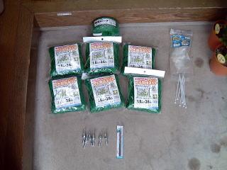 使用する材料   ・つる栽培ネット(DIYショップなどで売っている簡易的なもの) ・アンカーピン(コンクリート用) ・結束バンド
