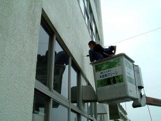 そして、1階と2階の間に高所作業車を使用して コンクリート壁にドリルで穴をあけ、アンカーを打ち込みます。