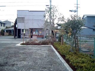 完成 境界ブロックで仕切りフェンス沿いに植樹帯を