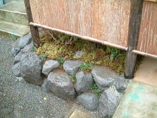 全体的に底上げしたので土留めに大沢石を置きました。