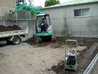 整地しています。 平らになるように土を入れて固めていきます