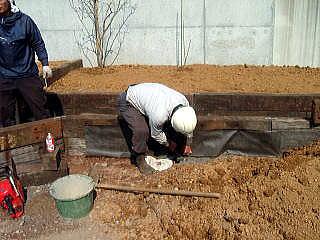枠が完成したところで防水シートを貼っていきます。 これで隙間から土が流れるのを防いでいきます