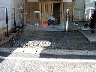 コンクリートをうつのでメッシュを敷きます。 左端は曲線のある植込みにするのでこんにゃくベニヤで区切っておきます。