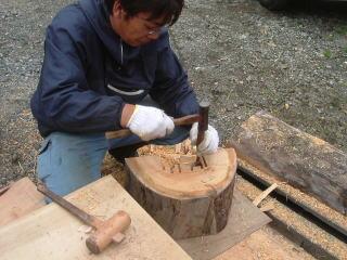 切り込みの部分を削ります。 木が硬いのでうまく削れません…。