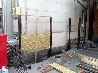 土間コン完成。コンクリートが固まったら型枠をはずし、御簾垣を作っていきま