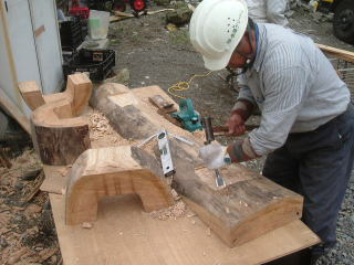 足をはめ込む部分の作成。 はめ込んだ時にガタつかないよう、丁寧に削っていきます。
