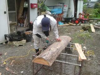 木の表面を滑らかにするためにサンダーをかけます。 けが防止のために角も落とします。