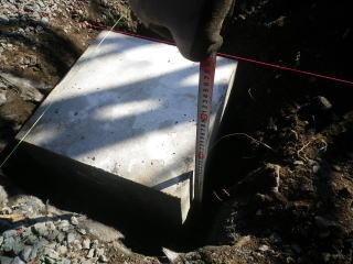 パーゴラの基礎には350×350×350のコンクリート。かなり頑丈に作りました。これだけでも約100kg。