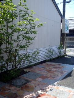 隣家との境界に板塀。