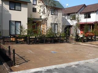 駐車スペースはサバ土と静岡の砂利を混ぜたオリジナル土舗装。