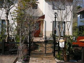 門柱も周りの外観と合うものを使用。