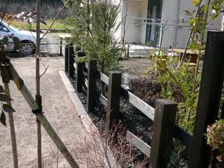 庭と駐車スペースの境には杉柱で柵を設置。太い材を使用しているのでワイルド感が漂います。