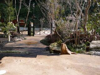 園路はマサ土を使用した土舗装。途中に枕木が入ります。