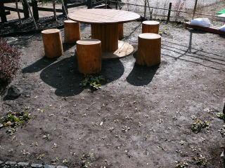 テーブルを設置する広場には施主様のご希望によりオオバコを敷き詰めてあります。夏ごろには賑やかになるでしょう。