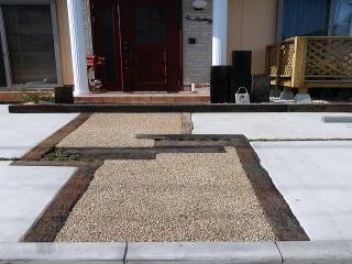 枕木とボンドで固めた砂利で園路を。直線にしないところがポイント。