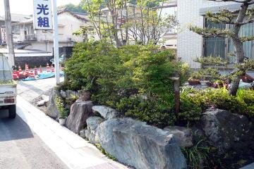 昔からの石・庭木はそのまま生かしました。現代風の家と庭とにややミスマッチであるため、ドウダンツツジの生垣を設置。目隠しにも役立っています。