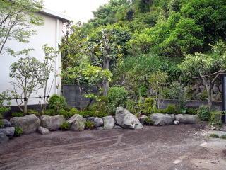 完成。 もともと置いてあった大きな石と、大沢石を組み合わせました。駐車スペースもすっきりとしました。