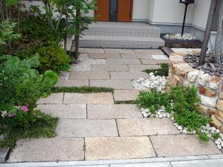 園路に御影の板石を。不特定の位置に隙間を空け、竜の髭や砂利を設置。