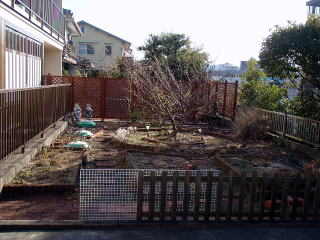 着手前 化粧ブロックや平板を使用し、ここまでお客様が造ってきたお庭だそうです。将来的には車椅子も通れ、実用的なお庭にしたいというご要望を請け、リフォームさせていただきました。