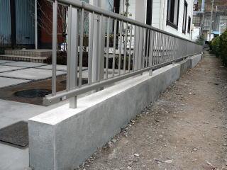 かなり風化・劣化した低い塀のよなものがありましたが、今回フェンスを設置したいとのことでコンクリート部分をリフォームして補強。まるで新しく作った塀のように生まれ変わりました。