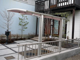 サイクルポートやフェンスはアルミのものを使用。モダンな雰囲気が家とマッチしています。