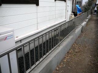 完成 老朽化した境界塀をリフォームしました。特殊なモルタルを使用し、既存の塀の上から塗っていきます。