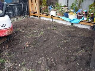 まず既存の植木や草花などすべてどかします。この時思い切っていらないものは捨ててしまいましょう。今回は植木はすべて伐採。