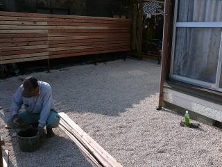 その上から砂利を敷いて完成。庭が明るく、広くなりました。