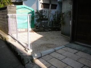 玄関横の風景。玄関前土間もそっくり取替え。 大理石の板石を設置し道路との境にフェンスを。