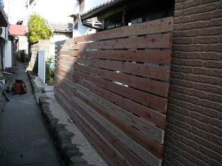 家の前の景色。こちらも目隠しに板塀を設置。