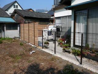 家の裏の景色。目隠しが必要な箇所は板塀で、その他をフェンスにて施工。