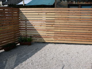 ここにも生垣がありましたが取り払い 板塀に。今回板塀にはAAC加工という薬剤注入材を使用。 人体にもやさしい薬剤で、防腐にとても強い加工です。