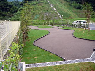 曲線が美しい庭に。。。狭いところでも車イスの すれ違いが出来るように設計されています。