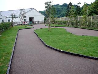 植栽の後、芝をはり完成。