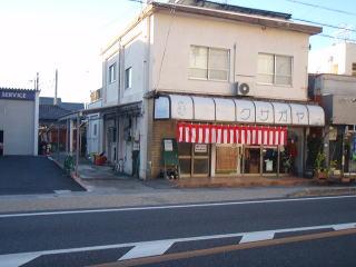 着手前  衣料品店です。屋根パネルもだんだん古くなってきて、衣料品店らしいお洒落な雰囲気に改修したいとのご依頼でした。