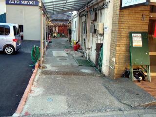 着手前 従業員さんが裏へ車を駐車する通用スペースですが、下が浄化槽であるため、今まではどうすることも出来ずの状態。