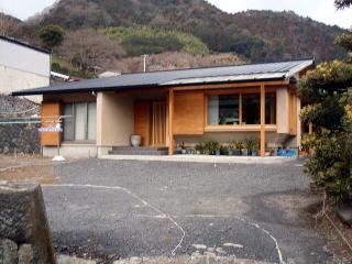 着工前 新築のお宅です。庭全体の施工は建築屋さんが請負うとのことで、当社では植樹帯を担当しました。