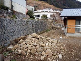 着手前 石垣の足元からは絞り水が湧くため、土側溝を。