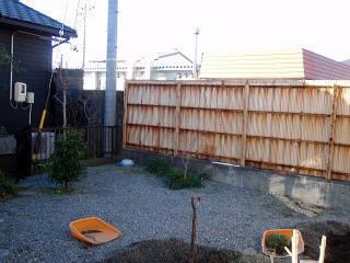 着手前  隣接する壁を隠し、植栽も行いました。