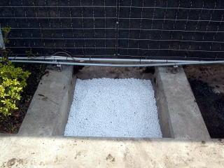 下層部にホワイトロームを敷きつまます。ホワイトロームは溶存酸素能力を有しており土壌の排水性、通気性の改良に力を発揮する優れもの。