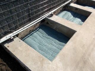 ホワイトロームの上にステラシート。これは土砂吸出し防止材として役立ちます。簡単に言うとホワイトロームやその下の排水穴が今後土などで目詰まりしないように区切っているわけです。