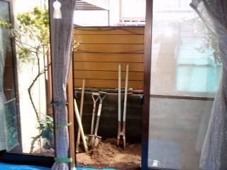 着手前 施主様が既存のラティスや鉢物等を片付けてくださったのでそこからの画像です。隣家との目隠しを兼ねた竹垣をご依頼いただきました。場所が一坪半くらいでしょうか、限られた空間での施工になりました。