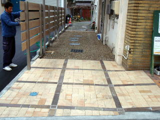 完成 低くなっていた土間は一段上げワズテッペイとアンティークレンガを使用した舗装を。右側、車椅子をご使用される方のためのスロープも綺麗に施工できました。